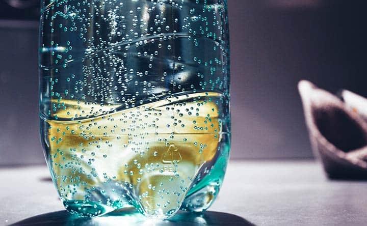 Acqua frizzante: ecco perché rovina lo smalto dei denti