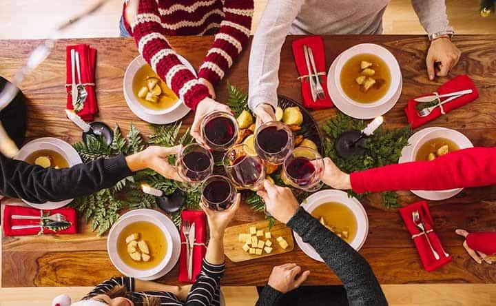 Pranzi e cenoni di Natale: ecco come mantenere i denti in salute