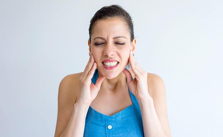 I pericoli di digrignare i denti e come prevenire i danni