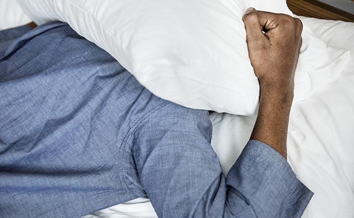 Ecco chi parla di più nel sonno e perché