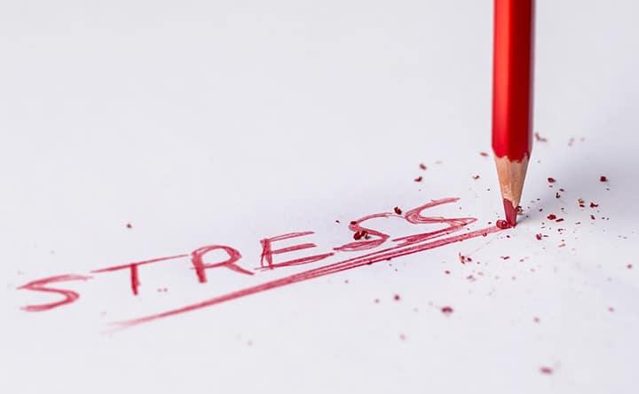 Tra i sintomi collegati allo stress anche le carie